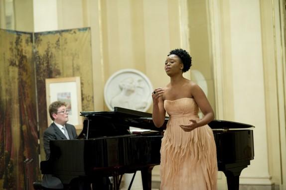 09 - Il Maestro James Vaughan e la soprano Pretty Yende