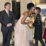 11 - La soprano Pretty Yende riceve in omaggio un mazzo di fiori